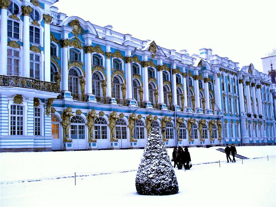 Carsko selo i Katarinin dvorac, poznat i kao Letnji. Katarina Velika je naredila da se izgradi u stilu ruskog baroka, a arhitekta je bio njen ljubimac, Italijan Rastrelli. Ovaj gradić, koji se danas zove Puškin, bio je jedini deo Lenjingrada koji su nacisti osvojili i naravno, opustošili i opljačkali.