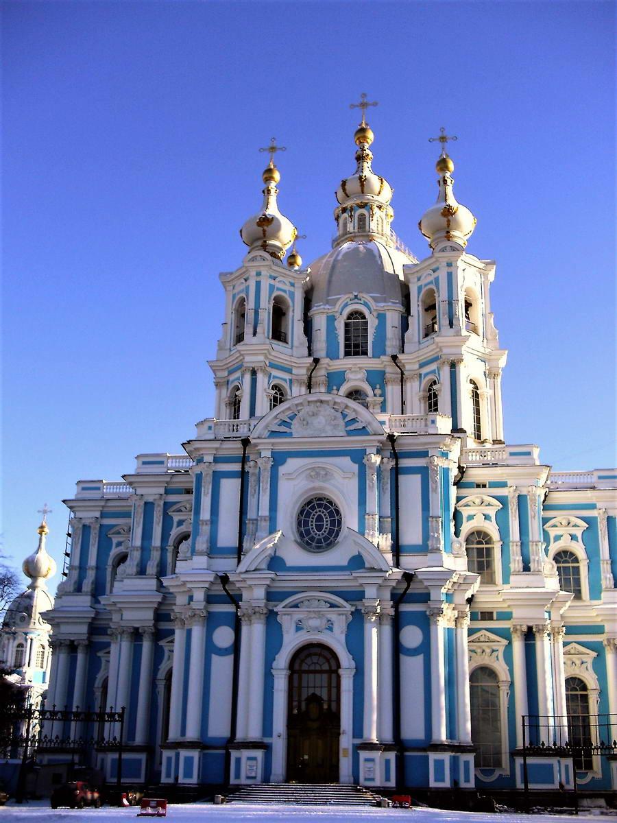 Ruski barok, poznati i kao katarininski barok, obeležio je Italijan Rastrelli svojim elegantnim građevinama u plavoj i beloj boji.