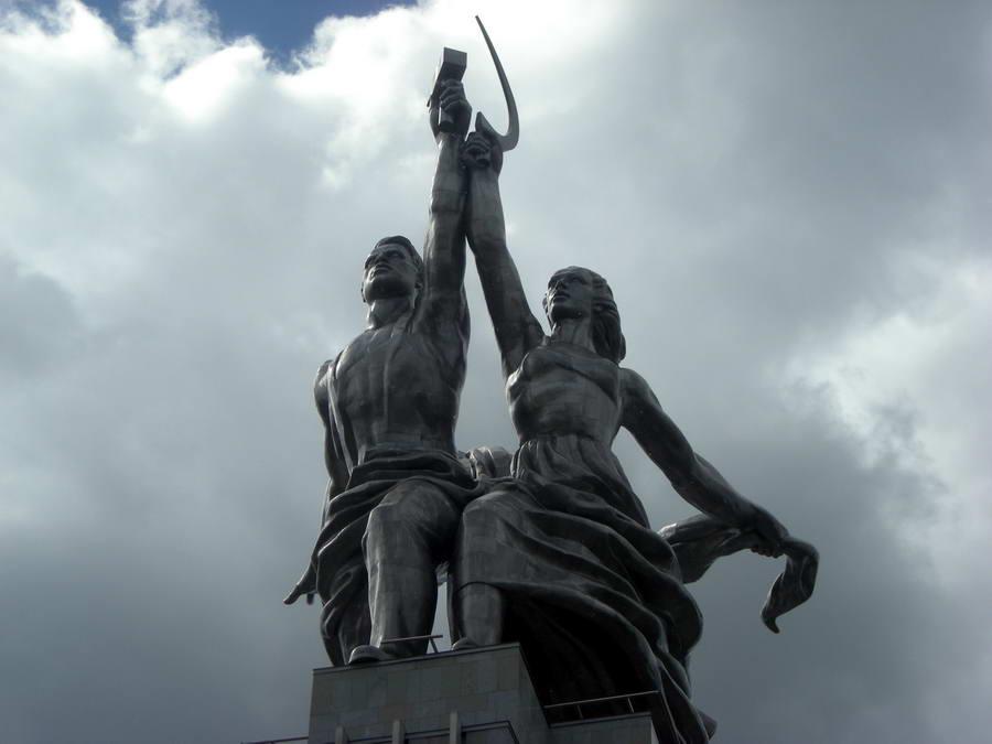 """""""Radnik i kolhoznica"""", rad Vere Muhine, simbol je Sovjetskog Saveza i Moskve, i sjajno je delo soc-realizma, koji je u sebi mešao realizam i art-deko. Prvi put je izložena 1937. na Svetskoj izložbi u Parizu, pored Sene. Kasnije je monumentalna statua prenesena u Moskvu, a posle restauracije je podignuta na pijedestal u kompleksu VDNH."""