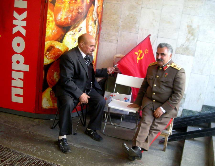 Lenjin i Staljin u metrou zarađuju na osnovu svoje sličnosti sa preminulim liderima komunizma.