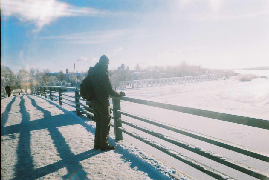Zamrznuta reka Volhov u Novgorodu blešti neverovatnom svetlošću u januarsko podne!