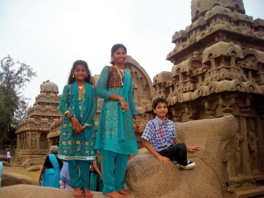 Indija je zemlja emancipacije. Muške emancipacije. Muškarci od malih nogu nose zapadnjačku odeću, košulje, farmerice i patike. Devojčice i dalje, celog života, nose magične, tradicionalne sarije. I puno nakita, uz osmehe, zaštitne znakove Indijaca.
