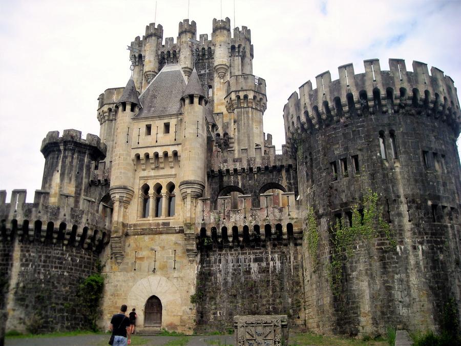 Zamak Butrón u mestu Gatika, u brdima Baskije, bio je utvrđeno utočište prgavog istoimenog baskijskog klana od drugih prgavih baskijskih klanova. Gorštaci su gorštaci, uvek i svuda. Današnji izgled je samo romantična, restaurirana bajka.