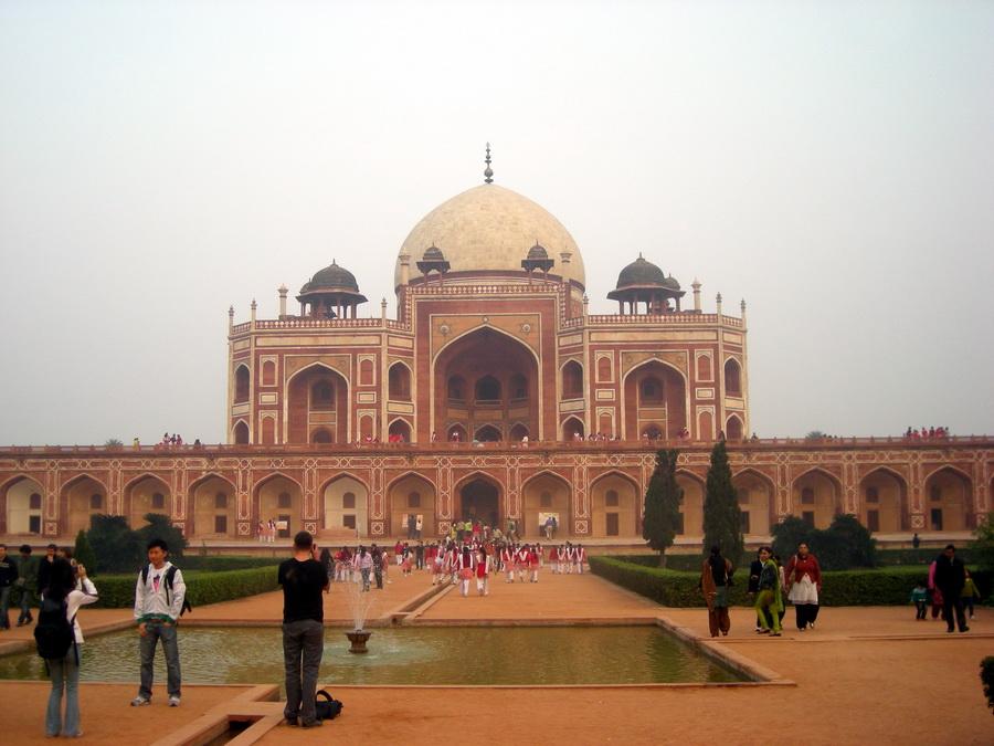 Humajunov grob u Delhiju je preteča Tadž Mahala, samo što je ovde žena demonstrirala posthumnu ljubav prema mužu, a u Tadž Mahalu je bilo obrnuto.