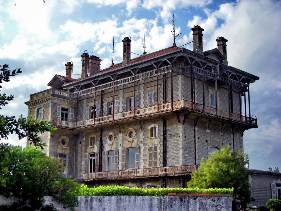 La Villa Belza: građena od 1880. do 1895. ova lepa vila na grebenu između Stare luke (Port Vieux) i Obale Baska (Côte des Basques) udomila je raznu svetsku elitu. Zbog vetrova sa Atlantika, stalno se urušava i stalno joj treba restauracija. Ali, to joj ne umanjuje lepotu.