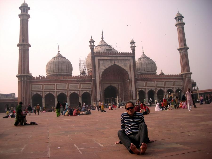 Džama Masdžid u Starom Delhiju je remek-delo mogulske arhitekture. Stotine ljudi bosi tumaraju unaokolo, neki spavaju i odmaraju se, neki se mole. Delhi je centar muslimanske Indije, iako su muslimani manjina.