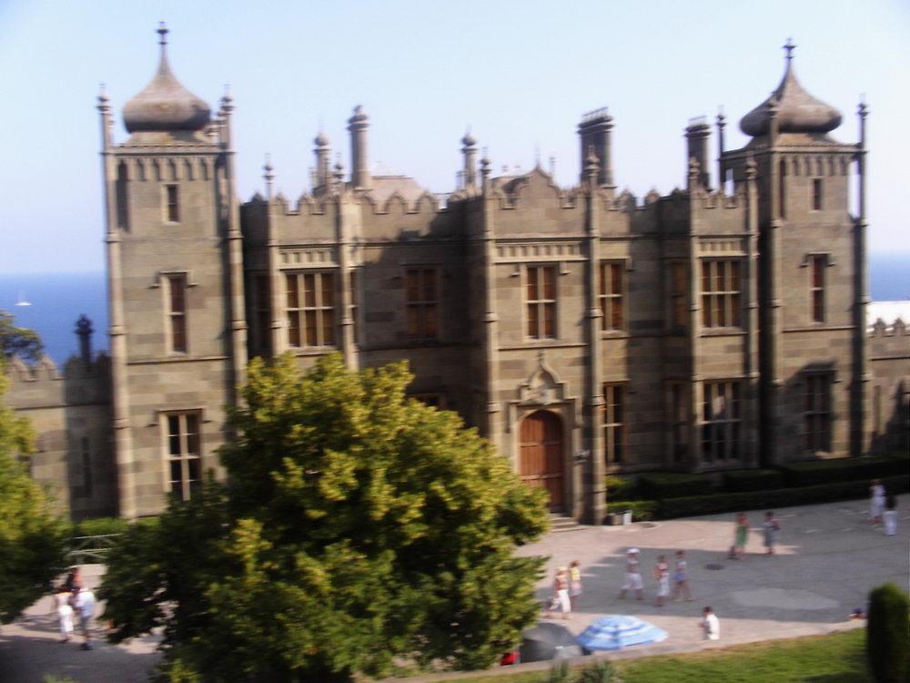Alupkinski dvorac čudesno je delo arhitekte Eduarda Blora: do krova je građen u tjudorskom, a nadalje, u mogulskom stilu!