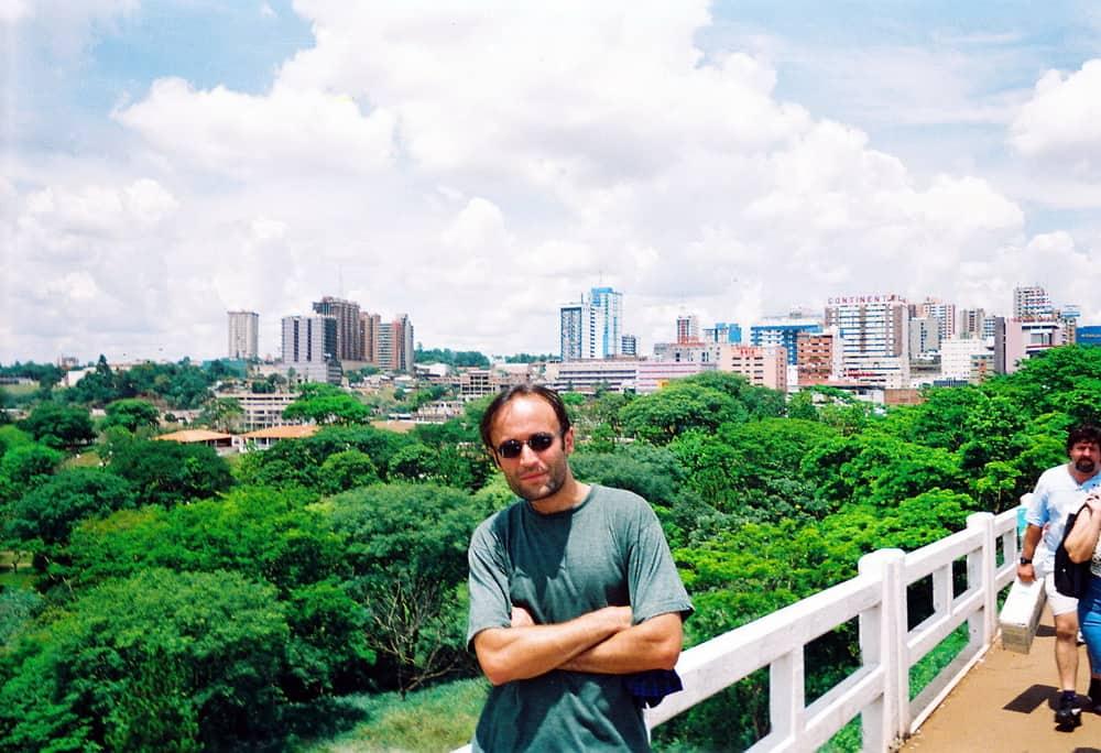 Pogled sa Mosta prijateljstva na šareni grad u džungli (u džungli je bezbednije)