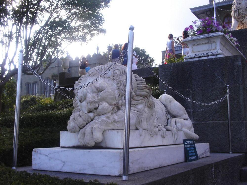 Lavić koji spava, ispred Alupkinskog dvorca, bio je omiljeni Churchillov lav. Britanski političar se identifikovao s njim i želeo čak da ga odnese u Britaniju... neuspešno, naravno.