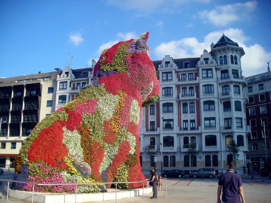 Kucov od cveća Jeffa Koonsa, najvećeg umetnika ili najvećeg manipulatoira umetninama, kako se uzme