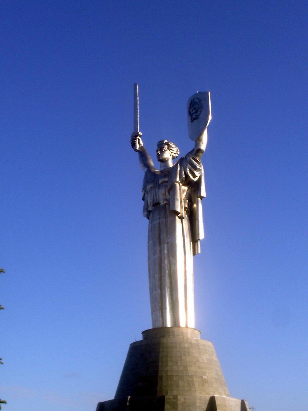 Kip Majke Domovine u Kijevu rad je sovjetskog vajara srpskog porekla, Jevgenija Vučetića.