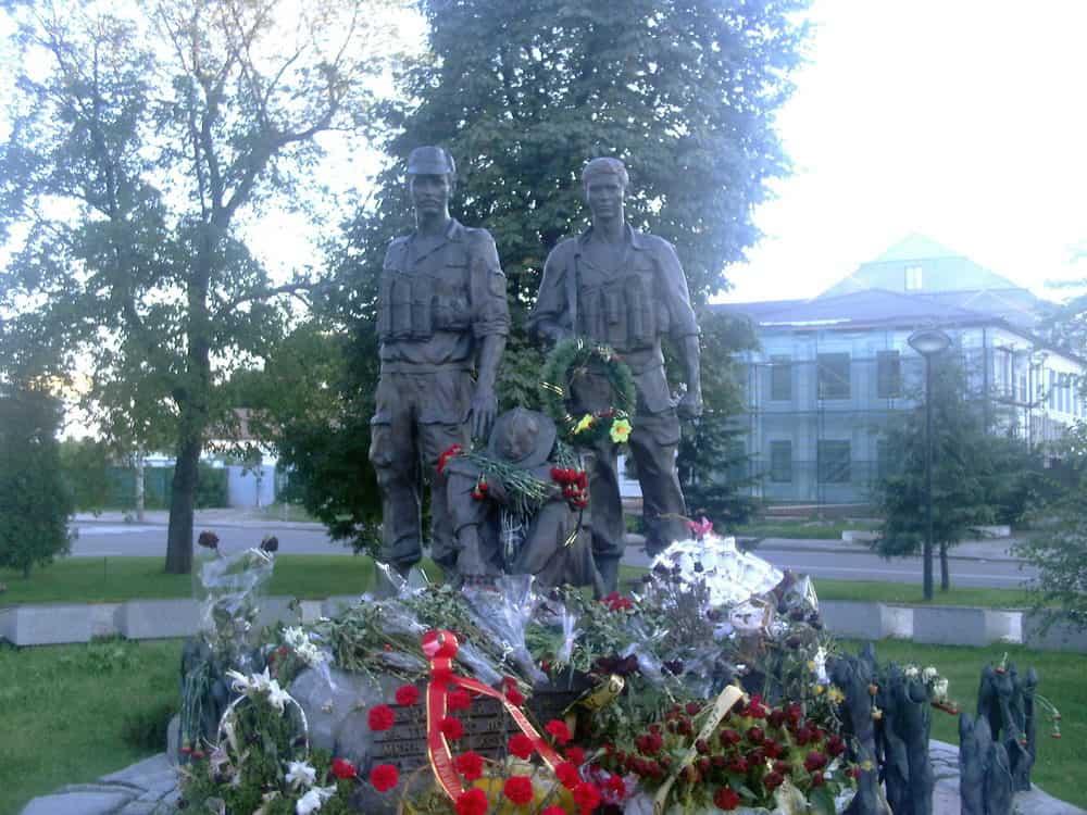 Dirljivi spomenik poginulim sovjetskim vojnicima u Avganistanskoj operaciji: rane su sveže, kao i cveće pored statua obučenih u pustinjske uniforme...