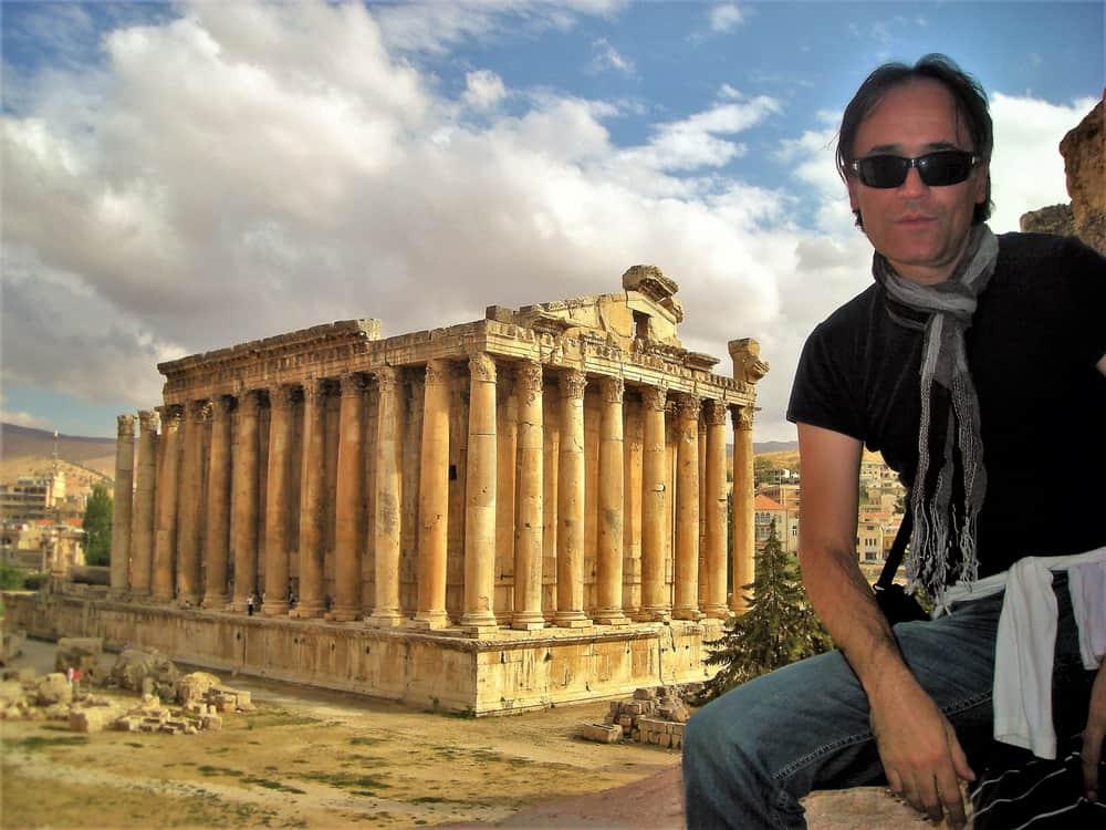 Crvenkasti oker na plavom. Balbek mnoge podseća na Akropolj. Bez brda.