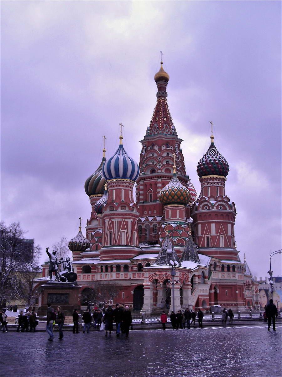 """Hram Vasilija Blaženog sagrađena je u staroruskom stilu povodom osvajanja Kazanjskog kanata i slaveći trijumf nad Tatarima, vekovnim okupatorima ruskih zemalja. Ivan Grozni je sagradio ovu crkvu, zasluživši nadimak """"Grozni"""" zato što je oslepeo zidara koji je crkvu sagradio, """"da ne bi ponovo mogao da sagradi ovako nešto lepo za nekog drugog"""". A mogao je i da mu ponudi doživotni ugovor, kažemo mi."""