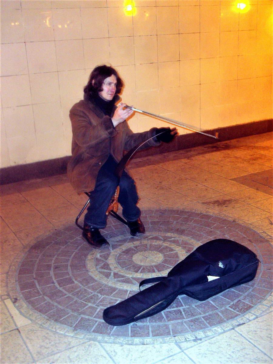"""Vivaldi na violini u metrou. To je virtuoznost. Kao da gledate spot """"Wonderwall"""" od Oasisa, ali uživo."""