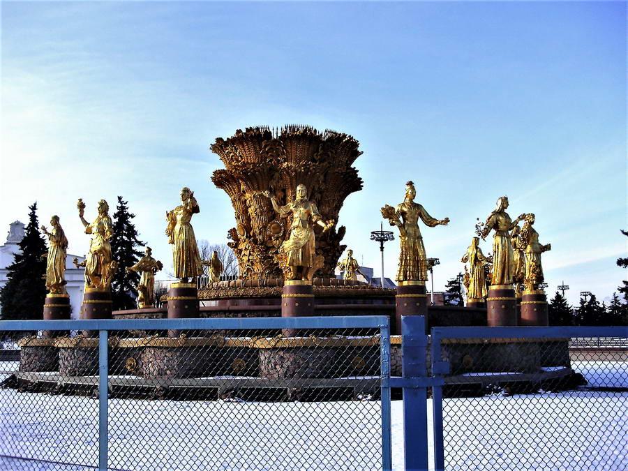 Fontana prijateljstva naroda u parku VDNH, koji je zapravo sajamski prostor koji je slavio sovjetsku privredu. Neki ovu fontanu, koja predstavlja devojke u narodnim nošnjama svih sovjetskih republika, smatraju pozlaćenim kičem, a neki pak, briljantnim umetničkim izrazom. Malo je neutralnih mišljenja.