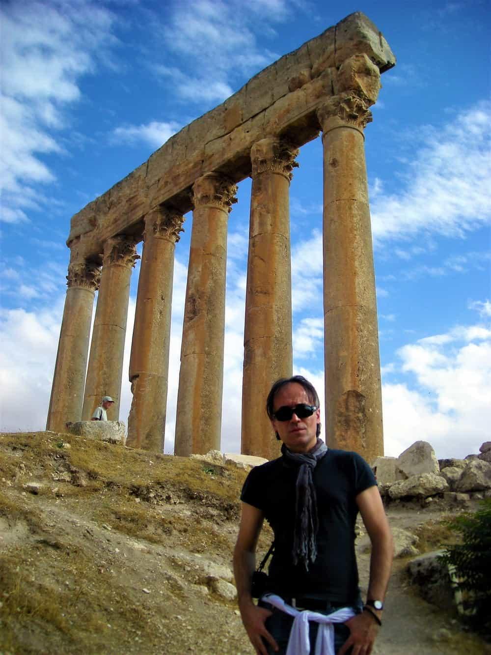 Vaš reporter je jedan od turista koji su se razmileli duž ruševina crvenkastog Hijerapolisa.