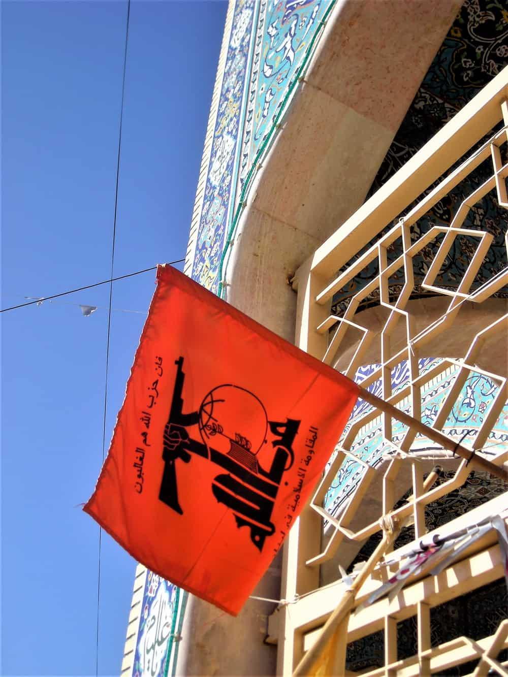 Odvajanje crkve i države? Zaboravi! Zastava Hezbolaha na šiitskoj džamiji u Balbeku.