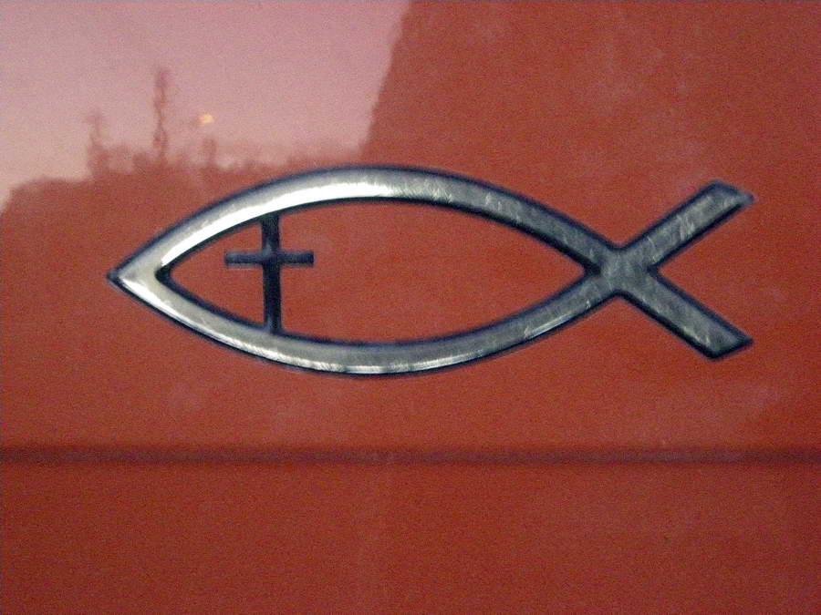 Hrišćani na auto stavljaju ovaj znak – mešavinu ribe i krsta, da bi se prepoznavali