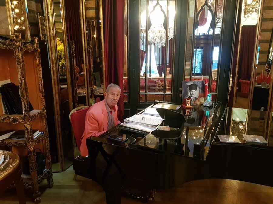 U 92. GODINI SVIRA SVAKO POPODNE: Ilham Genecer za klavirom u salonu hotela