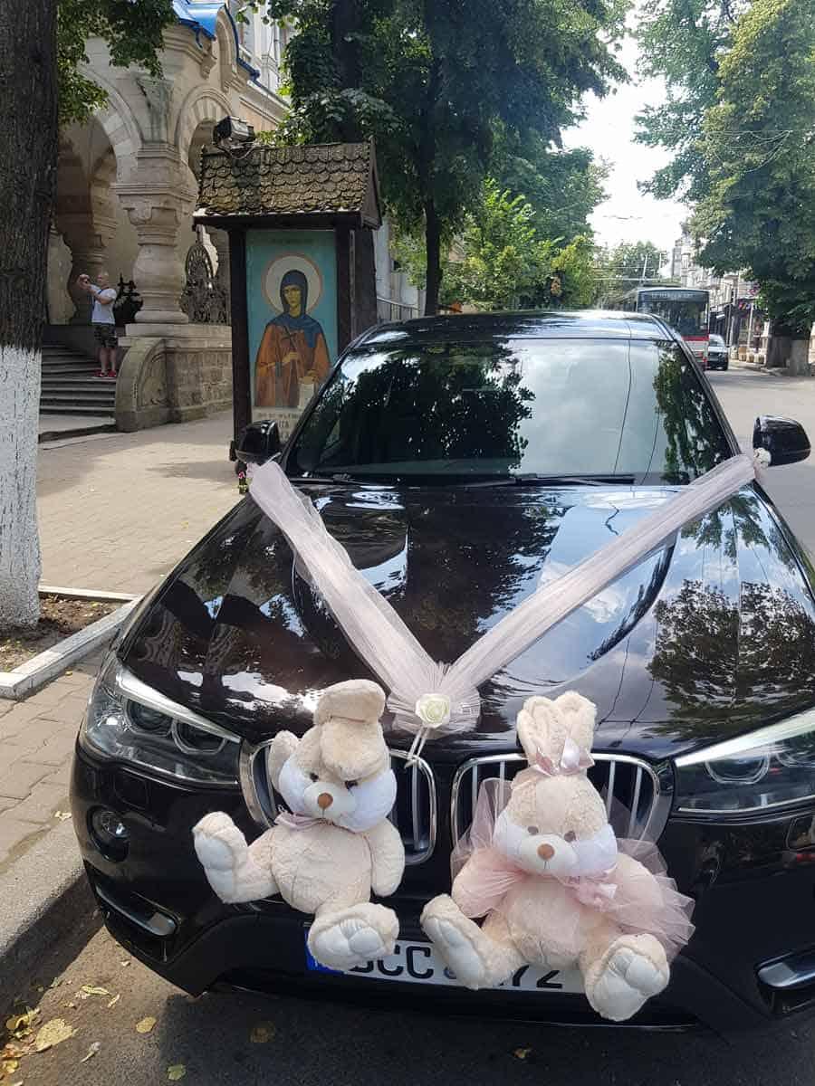 JUST MARRIED: Detalj ispred crkve u Kišinjevu