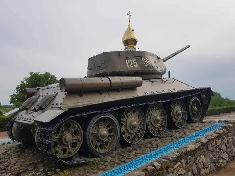 GRAD KONTRASTA: Pozlaćeni toranj crkve i sovjetski tenk T-34 u centru Tiraspolja