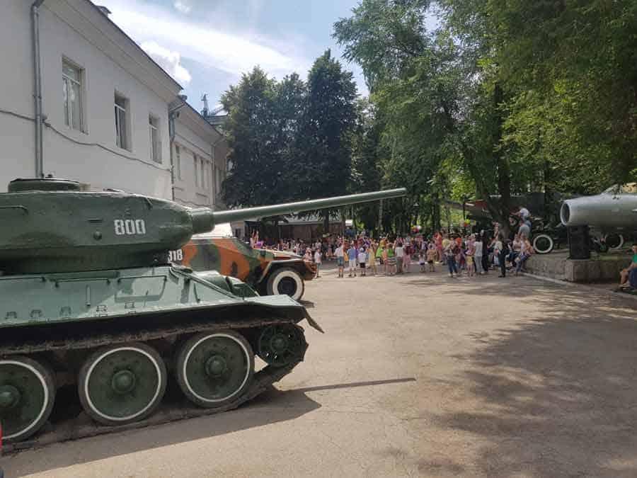 RAJ ZA LOVCE NA BIZARNOSTI: Dečija priredba u senci topova i tenkova