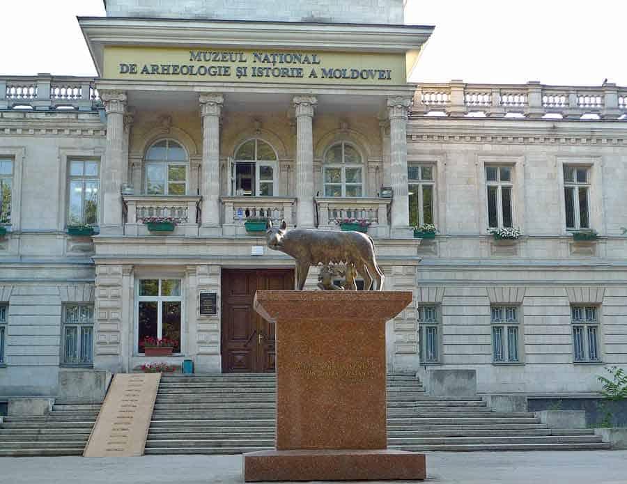 """POKLON MUSOLINIJA: Jedna od pet replika """"Rimske vučice"""" ispred Nacionalnog muzeja istorije Moldavije"""