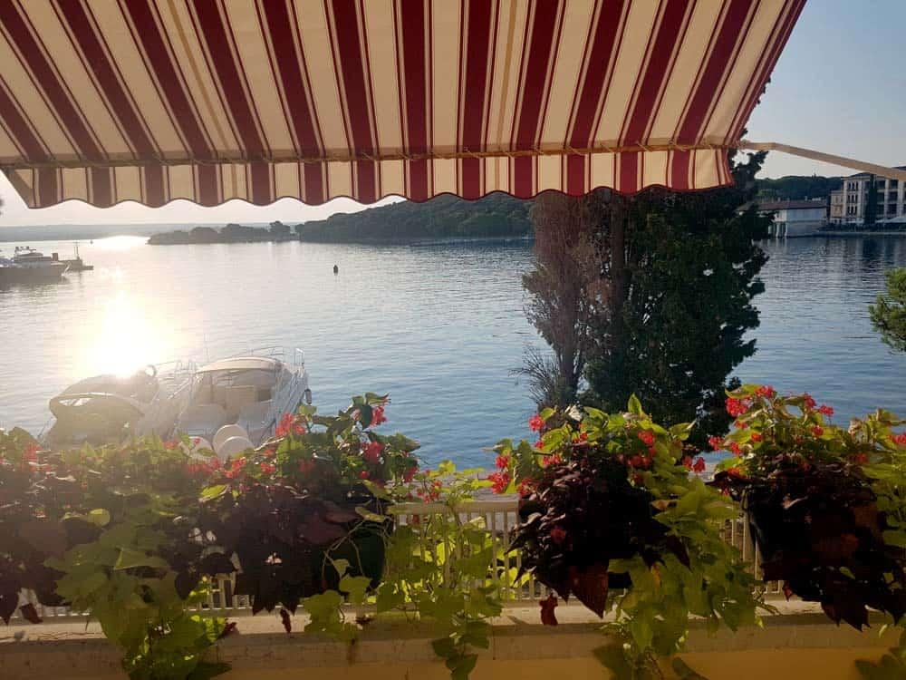 Zimmer mit Ausblick: Ein Morgen im Hafen Veliki Brijun