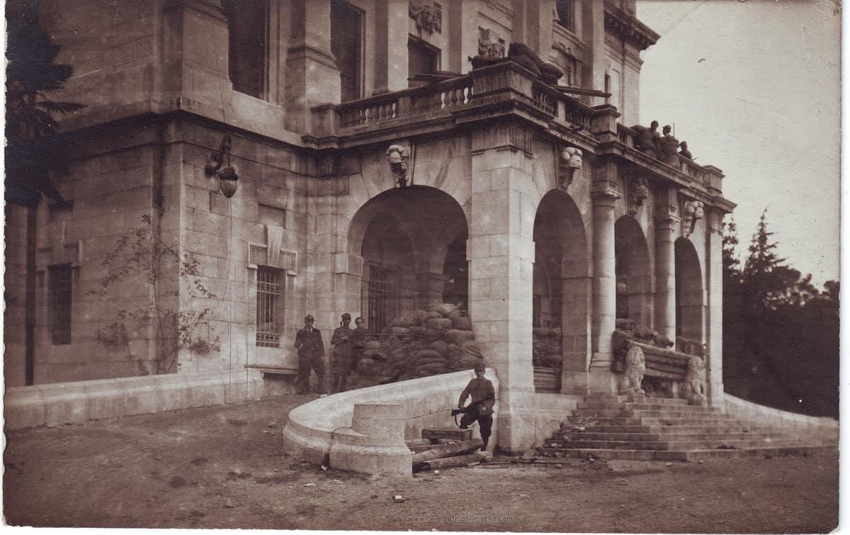 """Barikade ispred Guvernerove palače tokom """"Krvavog Božića"""" 1920."""
