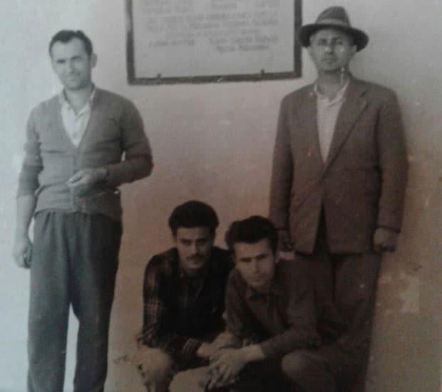Gavrilo Vinčić (prvi sleva) ispred spomen-ploče nastradalim Romima Familić, 1952. godine