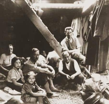 Jevrejske izbeglice iz Kladovskog transporta ispod palube tokom putovanja od Kladova do Šapca