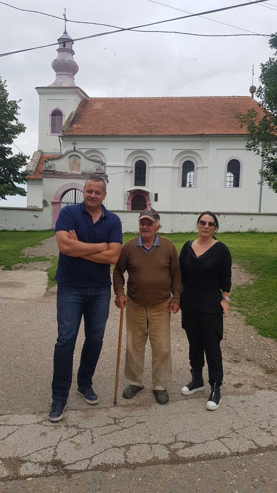 Sa Milanom Parlićem ispred crkve u Banoštoru