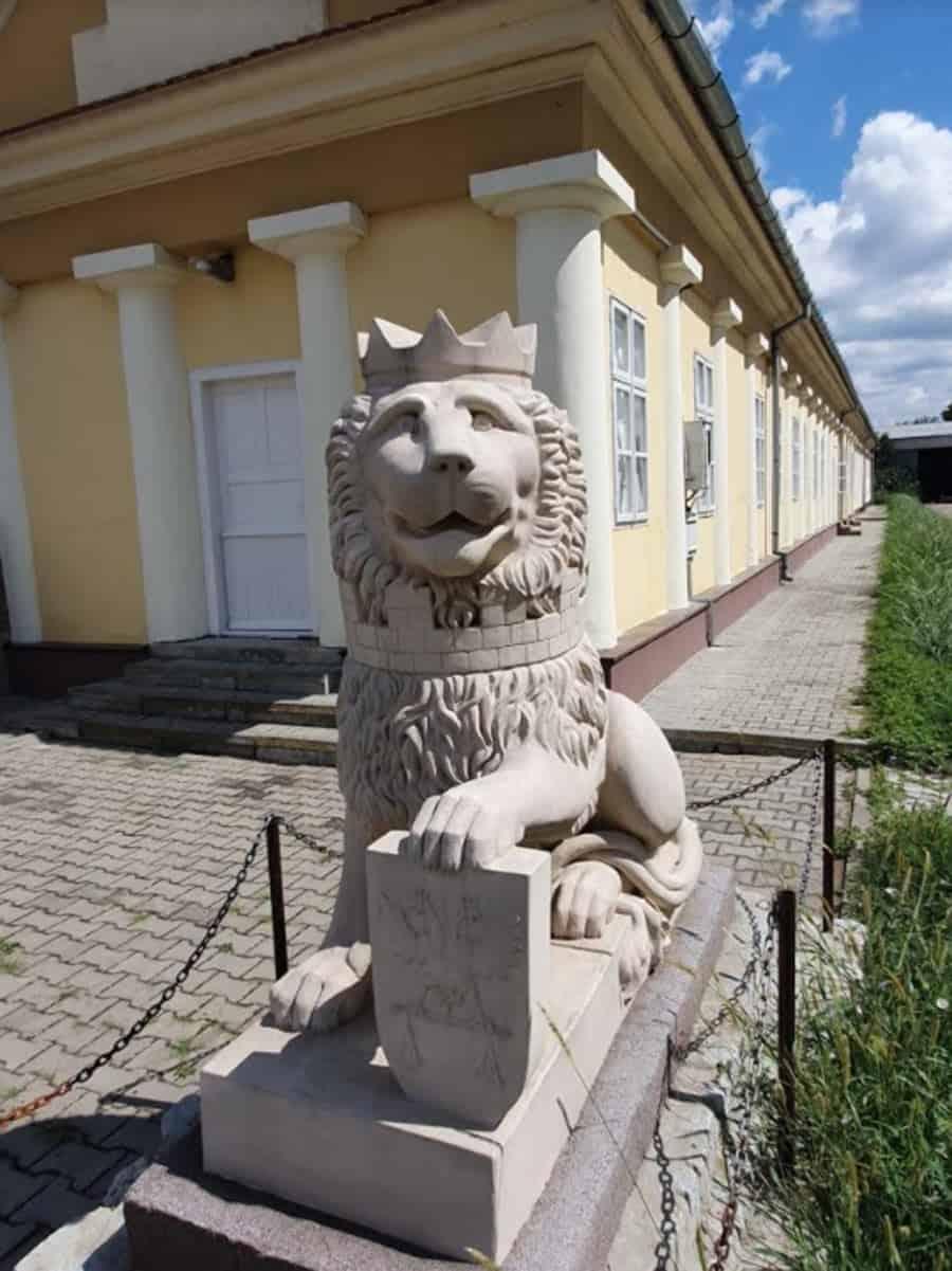 Kameni lav sa ulaza u drugi, srušeni dvorac, danas u dvorištu Muzeja Kotarka