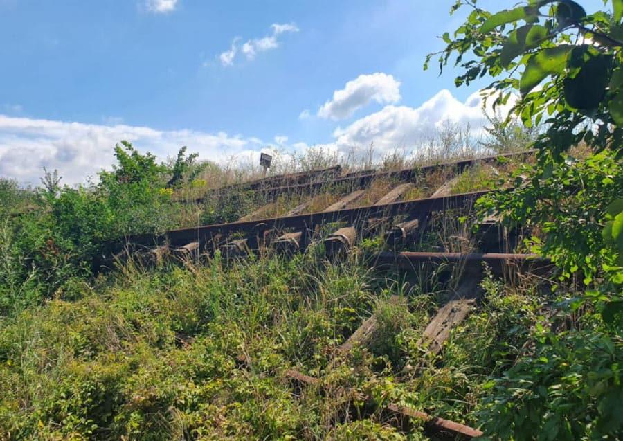 Odbačeni stari pragovi i šine uz prugu Novi Bečej - Novo Miloševo