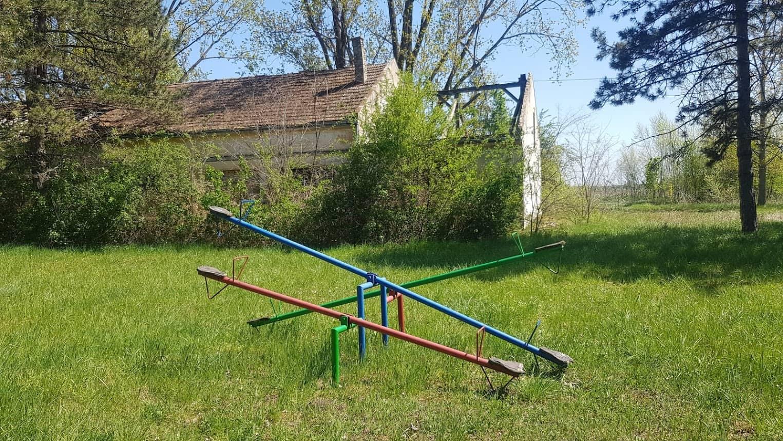 NIJE ČERNOBILJ: Napušteno dečije igralište u Kosančiću