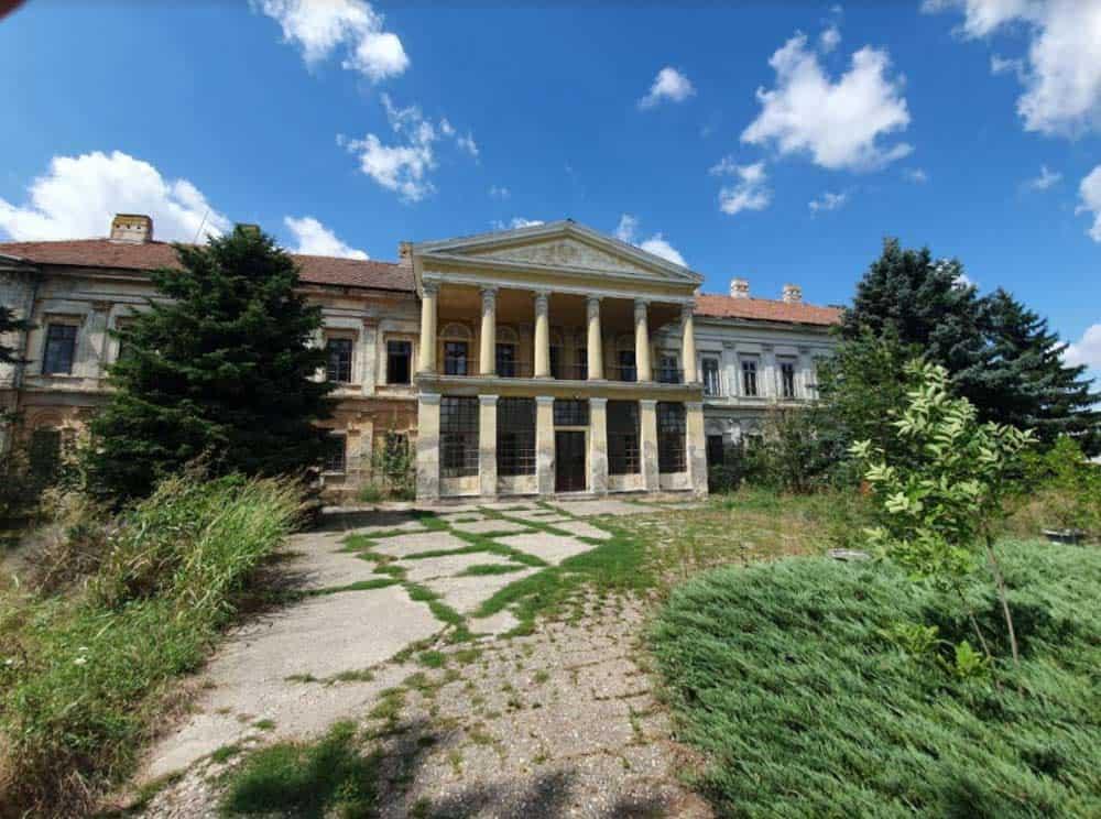DVORAC KARAČONJI U NOVOM MILOŠEVU: Od grofovske palate, preko škole i hemijske fabrike do napuštene ruine