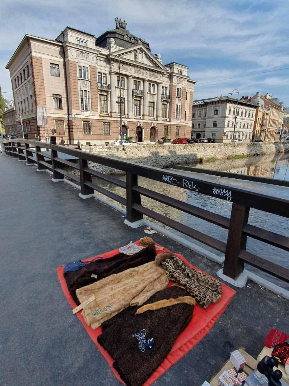 Siromaštvo kuca na vrata: Žena prodaje bundu na mostu preko Miljacke