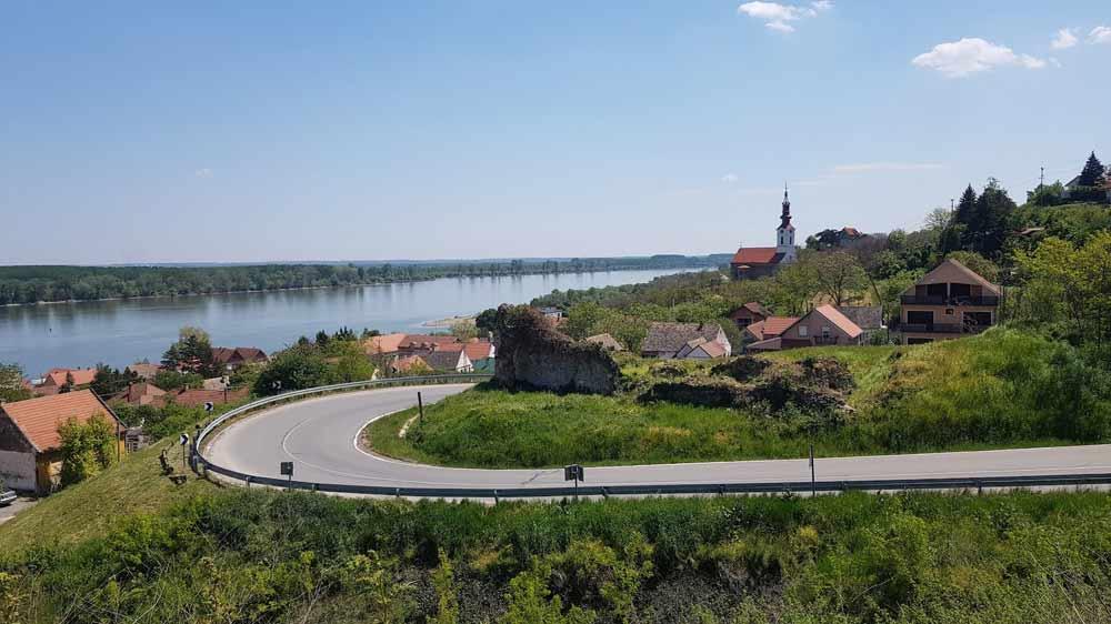 Pogled na Tvrđavu u Crkvu Sv. Nikole: Ulazak u Stari Slankamen