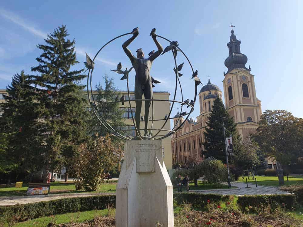 Spomenik multietničkom čoveku ispred Saborne crkve