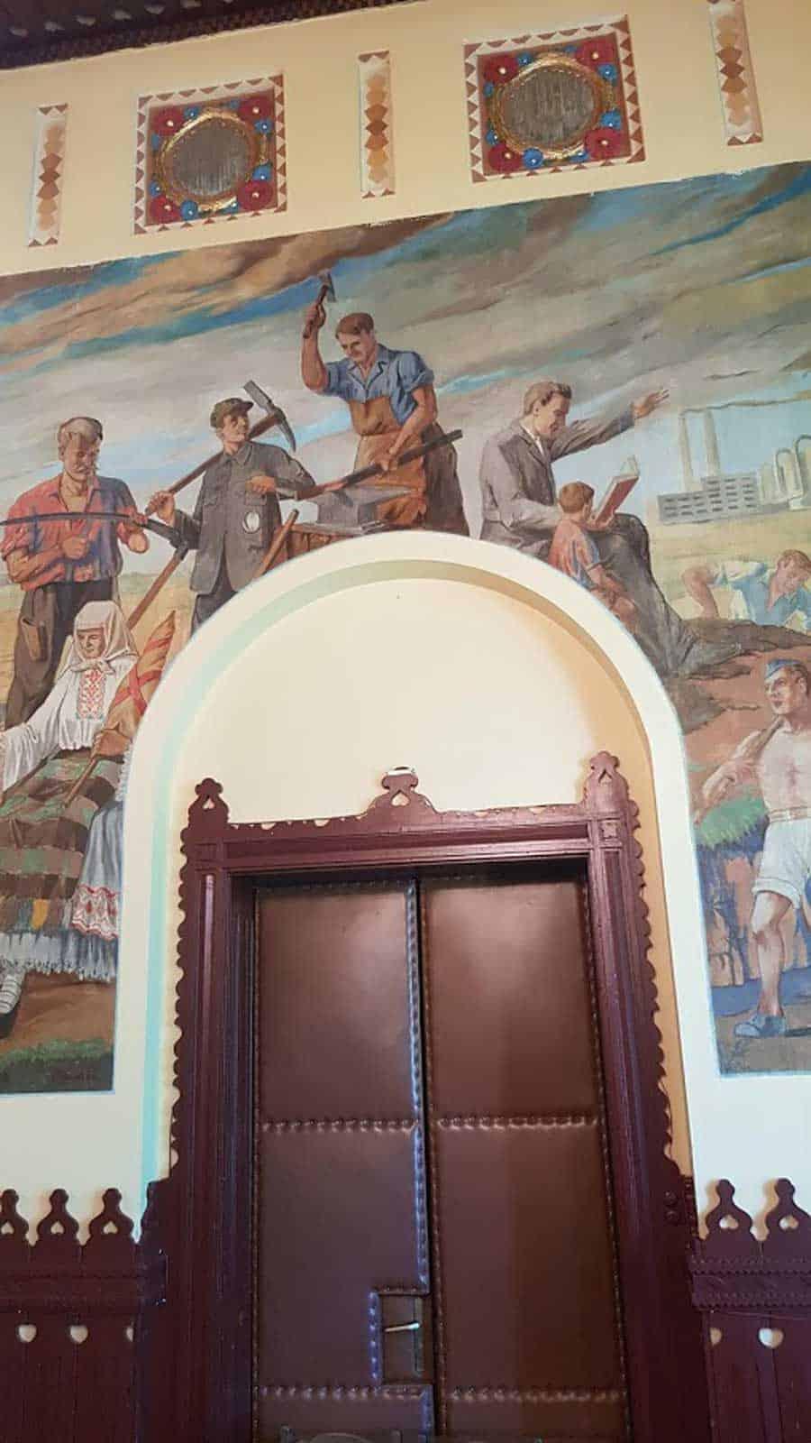 POSLE CRKAVA, SOCREALISTIČKA ESTETIKA: Svečana sala Gradske kuće u Apatinu