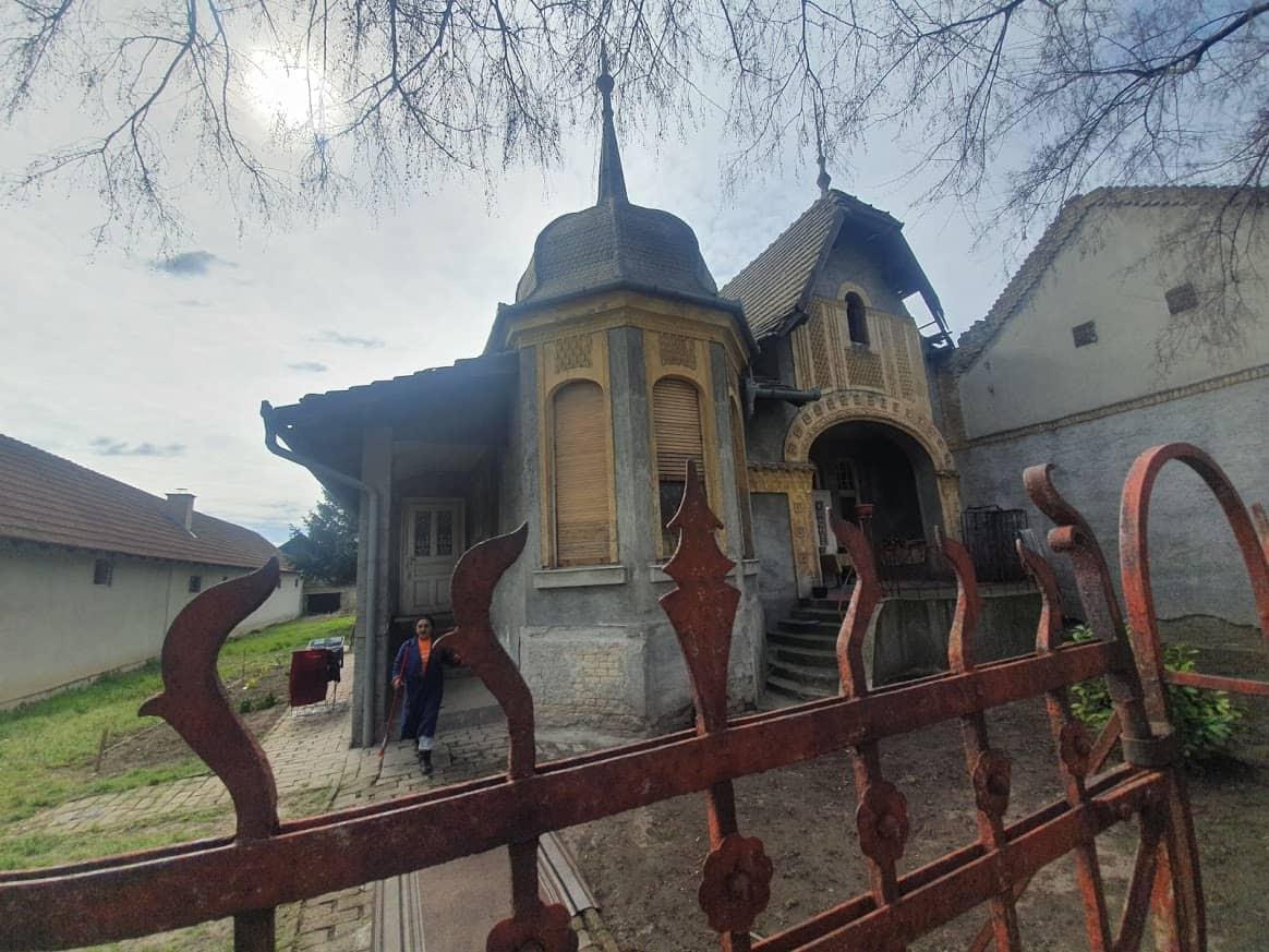 """Vrbaška verzija kuće iz """"Ivice i Marice"""" sa trenutnom stanarkom ispred"""