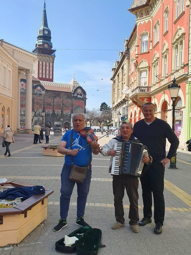 Bećarac u doba korone: Muzičari iz Novog Sada na subotičkom Korzou