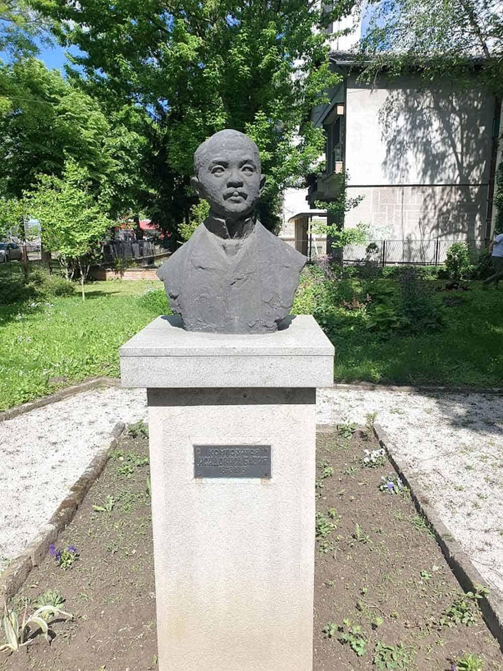 U DVORIŠTU ŠKOLE: Spomenik Isidoru Bajiću