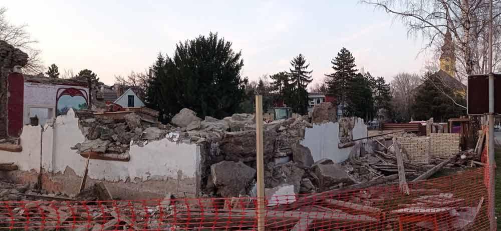 PRE I POSLE RUŠENJA: Evangelistički molitveni dom sa crkvom u pozadini