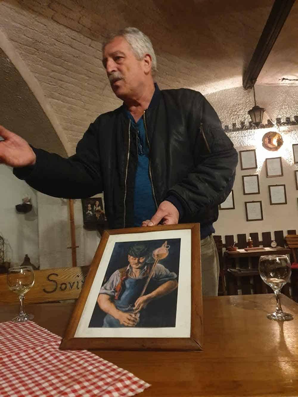 VEKOVNA TRADICIJA VINARSTVA: Nikola Cuculj u svom podrumu pokazuje kako su nekad morali da izgledaju radnici u vinarijama