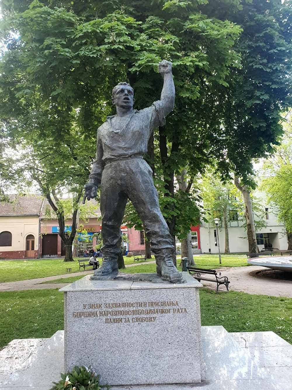 OTOMCI PARTIZANA: Spomenik borcima NOB u centru Kule