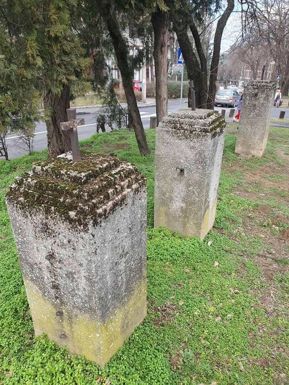 TRAGOVI ISTORIJE: Preostali subovi nekašnje ograde groblja