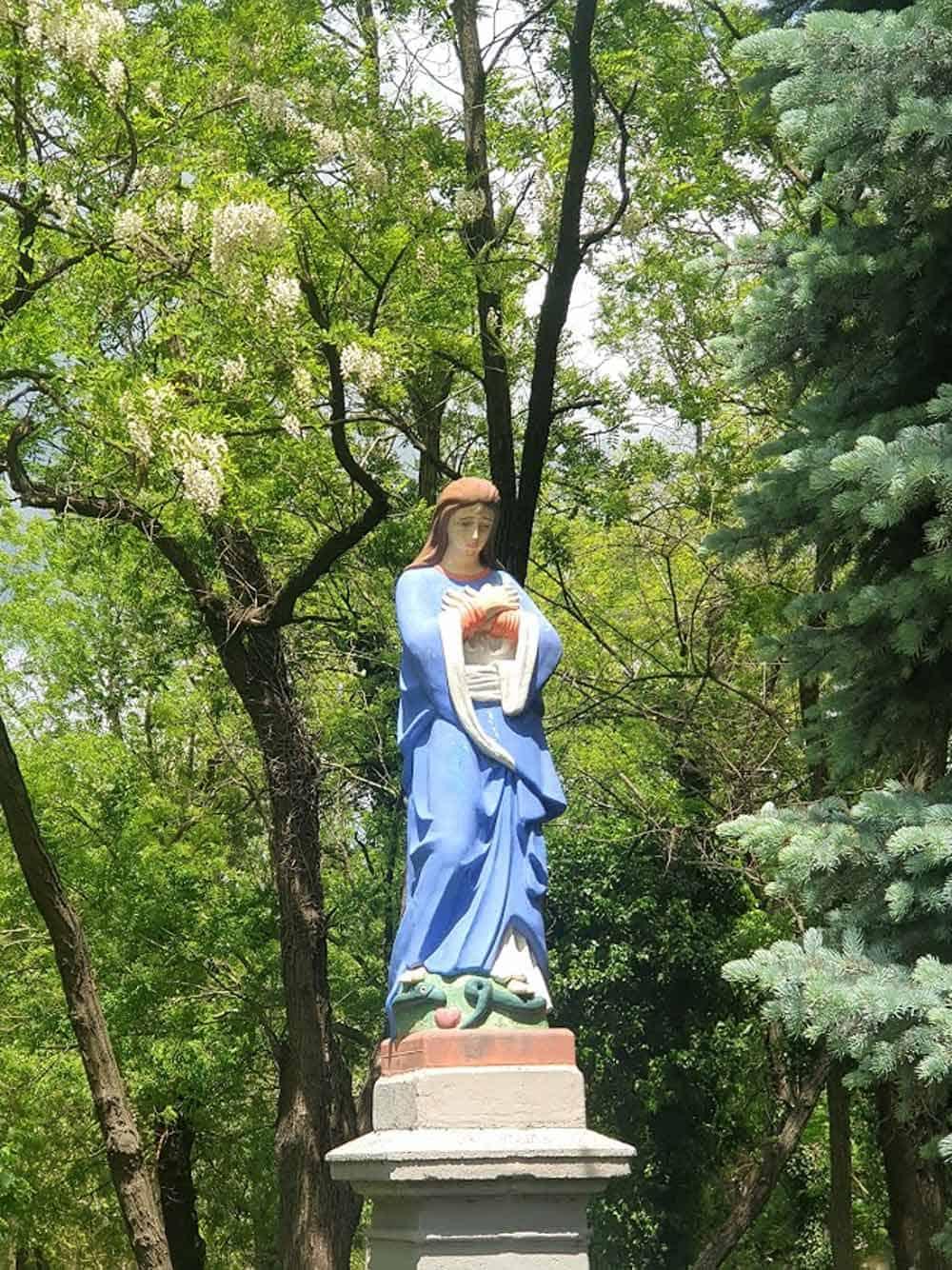 ZAŠTITNICA GRADA: Kip Bogorodice u proti crkve
