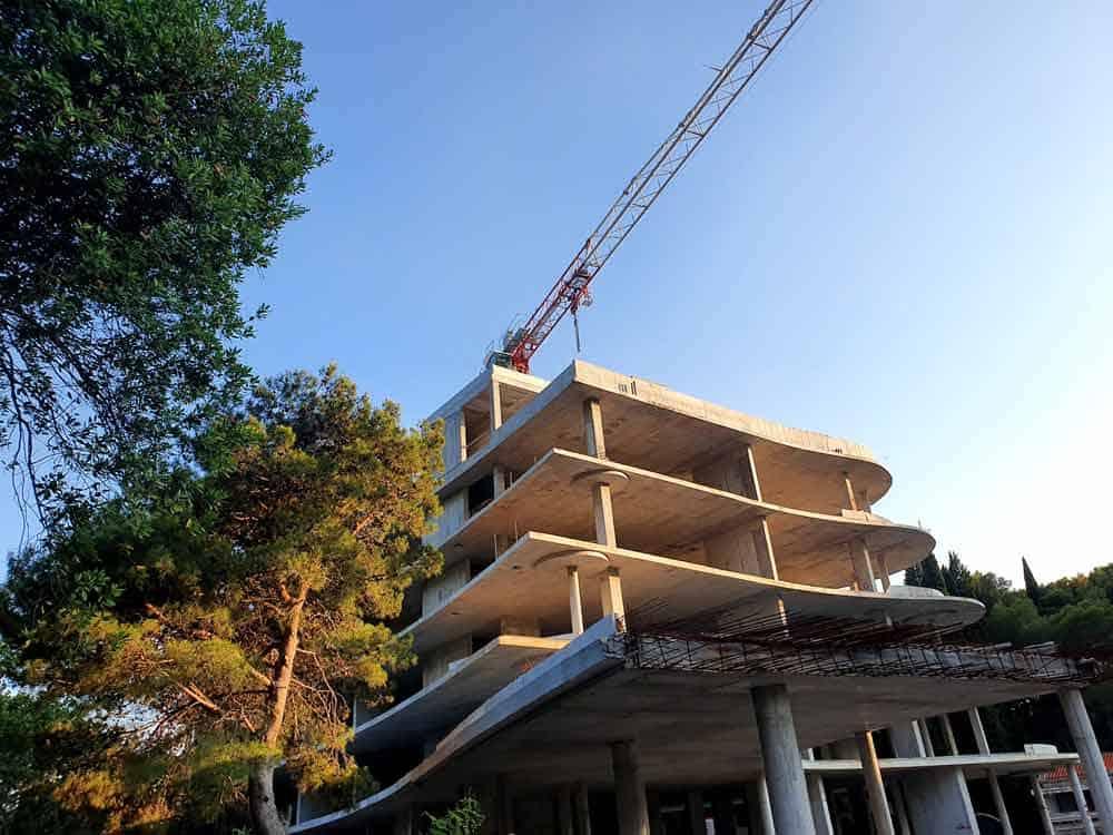 "SPORNI OBJEKAT: Gradilište hotela ""Kraljičina plaža"" u sred Miločerskog parka"